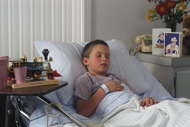 Мальчик в постели болеет