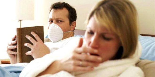 женщина кашляет в кровати