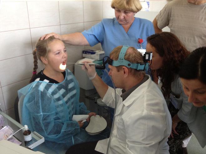 Девочке проводят криотерапию миндалин