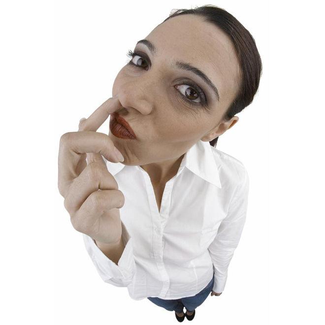 Женщина ковыряется в носу