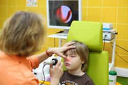 Ребенка лечат от гайморита