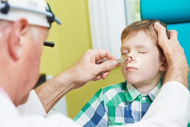 Доктор исследует нос мальчика