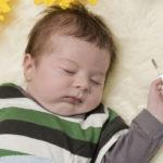 Малыш спит с градусником