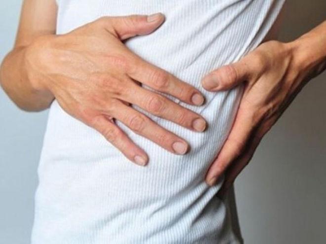 Болит кишечник справа отдает в спину