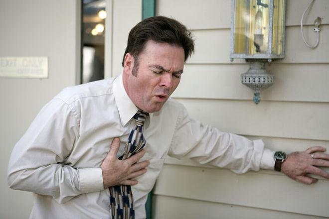 Мужчина задыхается от кашля