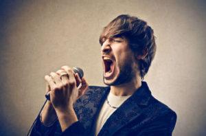 Певец может потерять голос