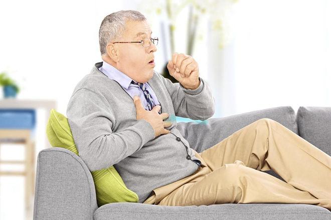 На диване кашляющий мужчина