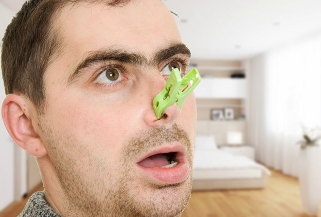Зеленая прищепка на носу