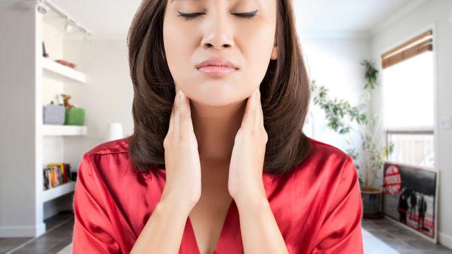 У азиатки болит горло