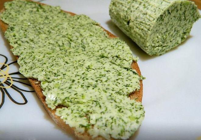Бутерброд с чесноком укропом и сливочным маслом