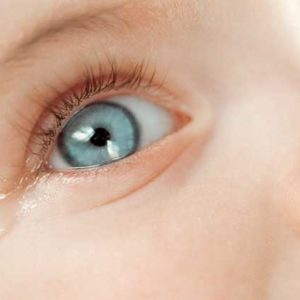 У ребенка слезятся глаза и насморк, что делать?