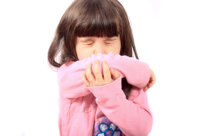 Девочка чихает в руку