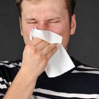 Причины насморка по утрам и чихания: лечение утренних соплей