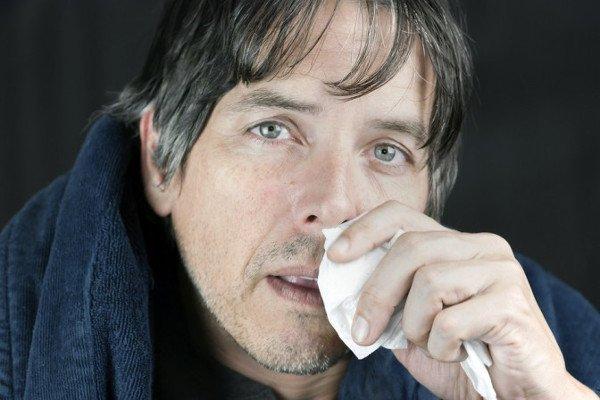 Из носа течет вода и чихаю: как лечить, что делать