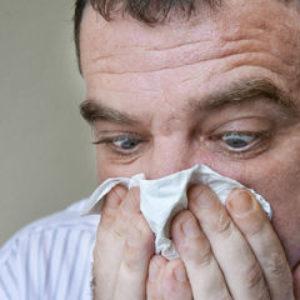 Желтая жидкость из носа течет при наклоне головы: что это значит