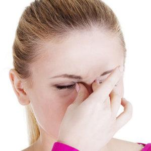 Болит переносица и лоб: причина в насморке или нет?