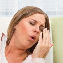 Першение в горле вызывает кашель: как лечить и что делать