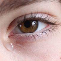 Почему при простуде слезятся глаза и что делать в домашних условиях?