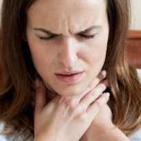 Постоянное першение в горле вызывает кашель: диагностика и лечение в домашних условиях